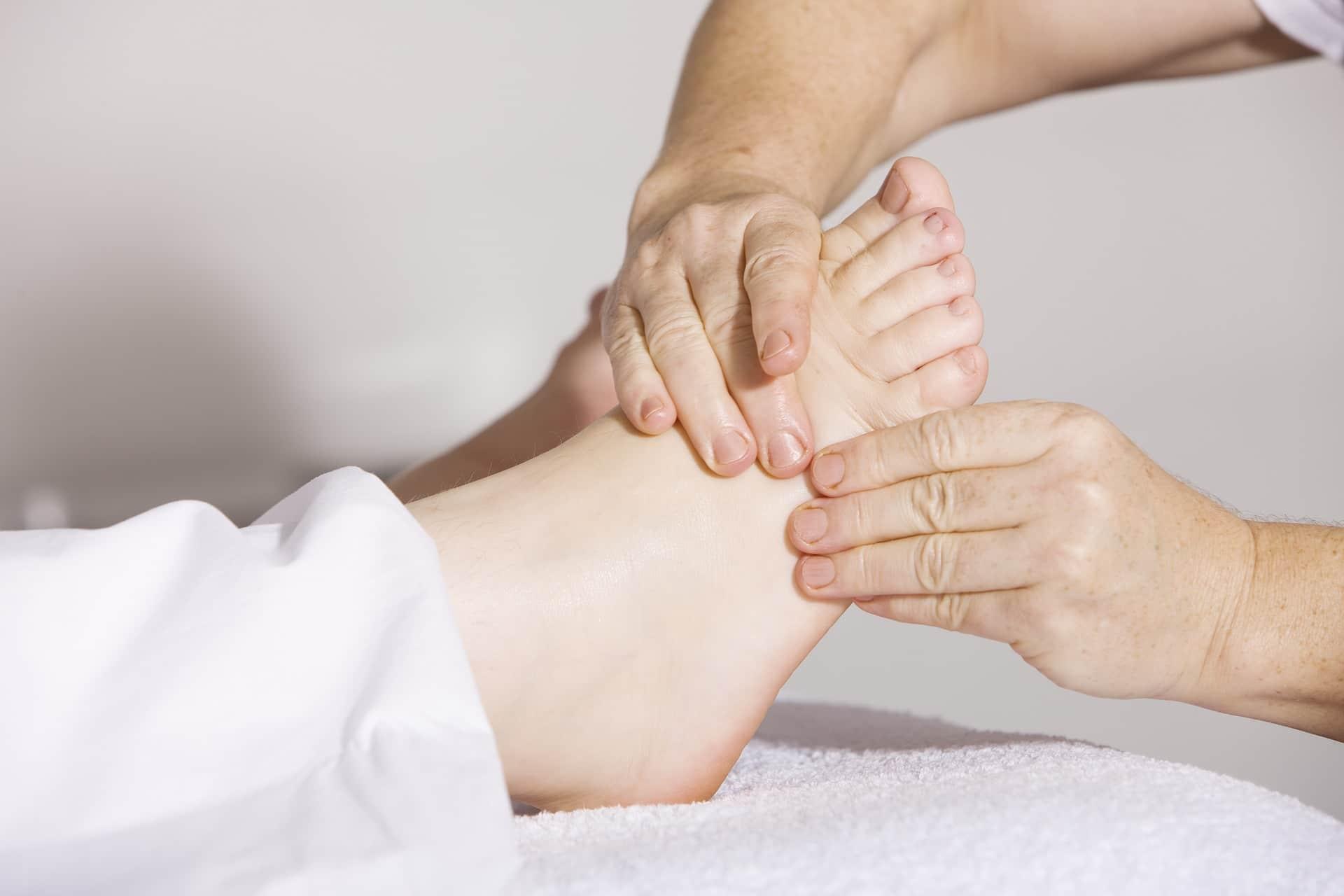 Massage des pieds en réflexologie