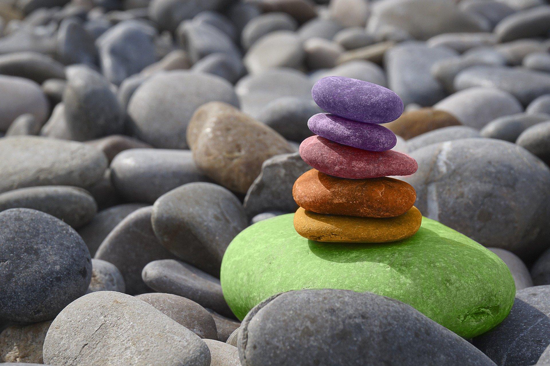 Cairns coloré sur plage de cailloux